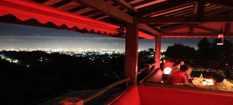 Tempat Makan Romantis Di Bandung Rumah Miring Bar