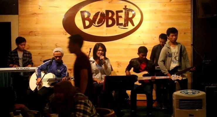 Bober Cafe di Bandung yang diramaikan pengiring musik, salah satu tempat nongkrong Bandung yang hits