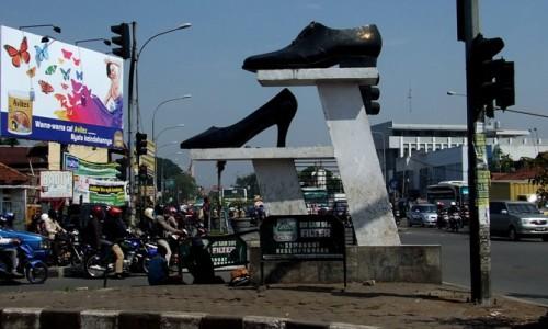 Tugu Sepatu Cibaduyut Bandung 0f97ea7ab1
