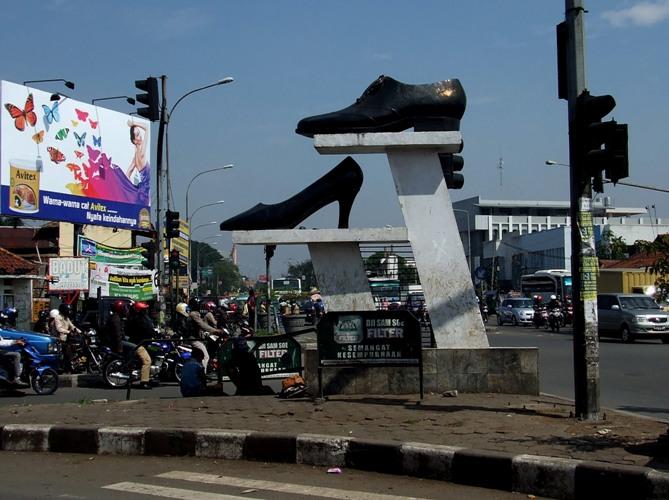Tugu Sepatu Cibaduyut Bandung