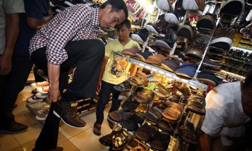 Presiden Jokowi Mencoba Sepatu Cibaduyut